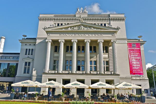 Здание латвийской национальной оперы в Риге
